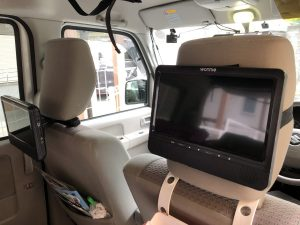 Amazonで販売中の車載可能なポータブルDVDプレイヤー(モニタ2台付き)が秀逸